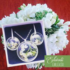 Apró fehér virágok rejtőztek meg a fehér fréziák alkotta menyasszonyi csokorban. Ezekből a pici bimbókból készült egy légies hangulatú medál és hozzá illő fülbevaló.