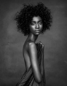 It's never easy to dress afro hair, but this one, simply and natural, is beautiful and quite wild. Photo Portrait, Portrait Photography, Hair Photography, White Photography, Dark Portrait, Pinterest Photography, Texture Photography, Fashion Photography, Implied Photography
