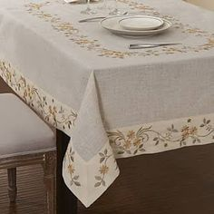Learn how to sew the hem of a square or rectangle tablecloth - - Linen Tablecloth, Table Linens, Tablecloths, Tablecloth Ideas, Dining Table Cloth, Table Accessories, Deco Table, Decoration Table, Burlap