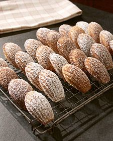 These shell-shaped, cakey cookies are a French treat traditionally served with tea. The buttery madeleines are spiced with ground cardamom and coated with a sweet citrus icing. Tea Cakes, Biscotti, Madeleine Recipe, Madeleine Cake, Cookie Recipes, Dessert Recipes, Party Recipes, Tea Party Baby Shower, Cupcakes