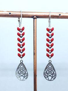 Boucles d'oreilles dormeuses épi chevron émaillé rouge en métal argenté : Boucles d'oreille par manava-creation