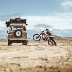 Land Rover and Bike combo = Too much fun you may explode Landrover Defender, Land Rover Defender 110, K100 Scrambler, Transporter T3, Pink Jeep, Crow's Nest, Roof Top Tent, Off Road, Its A Mans World