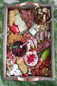 How to make the perfect Christmas cheese board along with tips for chosing cheese, crackers, and a shopping list for all of the items I used. Christmas Cheese, Christmas Snacks, Christmas Brunch, Christmas Appetizers, Christmas Baking, Christmas Buffet, Xmas Food, Christmas Eve, Charcuterie Recipes