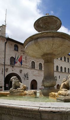 Assisi, Piazza del Comune, Brunnen und Palazzo dei Priori/Pinakothek (Palace of the Priors/Art Gallery)