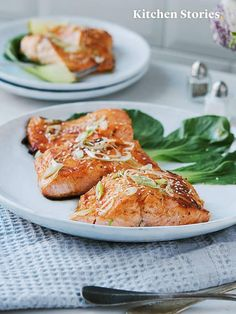 I have always been a little bit intimidated by cooking fish at home but you can´t get wrong with this recipe! The sweet and spicy sauce and the salmon complement each other perfectly! Sweet And Spicy Sauce, Salmon Seasoning, How To Cook Fish, Glazed Salmon, Kitchen Stories, Salmon Recipes, Salmon Burgers, Seafood