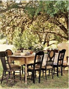Wood table and mismatched chairs painted black. Not sure if those are the colors but it's defintetly the scheme I want to go for, wood table with mismatched chairs Outdoor Dining, Outdoor Tables, Indoor Outdoor, Outdoor Decor, Farm Tables, Wood Tables, Outdoor Pergola, Pergola Lighting, Rustic Outdoor