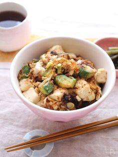 アボカドと豆腐を味噌で炒めてコクも感じるのっけ丼。 加熱したアボカドはとろっと感が増して、ふわふわな豆腐ともよく合います。 味噌とご飯の相性もばっちりでご飯が進むのは間違いなし! 汁物があればなお嬉しいですが、ささっと終えたい朝ごはんやひとりランチ、夜食にも最適です。 どんぶりにしてますが、ご飯のおかずとして別皿で出しても良いですね!