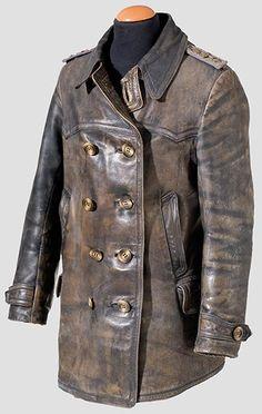Lederjacke für einen Oberleutnant. Eigentumsstück aus braunem Leder, ergänzte Hornknöpfe, kariertes Wollfutter. Aufgeschlaufte, feldgraue Schulterstücke mit feldgrau lackierten Auflagen.
