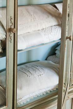 Retro Bed, Victoria Magazine, Cottage Exterior, Vintage Farm, Linens And Lace, Vintage Tablecloths, Fine Linens, Vintage Fabrics, Art Forms