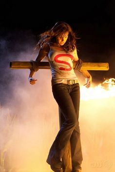 Lois (Erica Durance) crocifissa in un momento dell'episodio Lazarus di Smallville