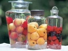 左から、プラム酒、びわ酒、ミックスベリー酒。ミックスベリー酒のベリーは、混ぜないで入れると、きれいに見えるそうです。果実酒は、見た目が美しくてインテリアにもなりますね。
