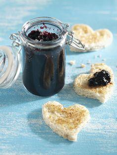 Nauti katajaista kuningasmarmeladia paahtoleivän, kahvikakkuviipaleiden tai keksien kera tai tarjoa sitä liharuokien lisukkeena. Ota ihastuttava resepti talteen täältä: http://www.dansukker.fi/fi/reseptej%C3%A4/hillot,_marmeladit_ja_hyytel%C3%B6t/katajainen_kuningasmarmeladi.aspx