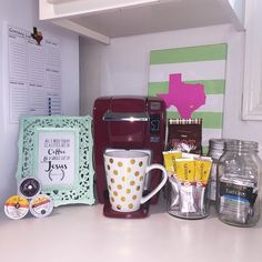 Instagram fan holy.chic.fashion gets help from her Keurig K10 MINI Plus Brewing System and coffee and tea K-cup pods to help her get through finals week! We love her cute coffee corner setup in her dorm room. How have you customized your Keurig coffee corner?