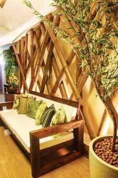 A Varanda Zen, assinada pelas arquitetas Bárbara Vitor e Julieta Rossi Silva, possui um painel de bambu como revestimento de parede.
