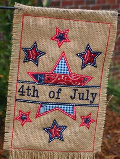 Burlap of July Garden Flag - Patriotic Garden Flag - Burlap Garden Flag - Patriotic Flag - Customized from WentzelDesigns on Etsy Burlap Yard Flag, Burlap Garden Flags, Burlap Projects, Burlap Crafts, American Flag Blanket, Embroidery Monogram, Embroidery Designs, Yard Flags, 4th Of July Decorations