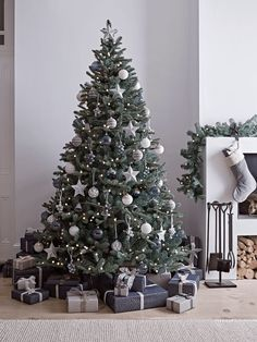 Traditional Christmas tree decorates your room 2020 Beautiful Christmas tree with lights and decorations, Christmas decorations ideas, Christmas tree design 2020 Elegant Christmas Trees, Silver Christmas Decorations, Scandi Christmas, Traditional Christmas Tree, Christmas Trends, Christmas Tree Design, Christmas Tree Themes, Noel Christmas, Colors