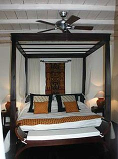 Magnificent four poster canopy bed in solid Teak at factory price
