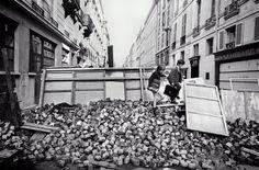 Goksin Sipahioglu. Rue de l'Universite, des ecoliers escaladent une barricade. Paris. June 11, 1968