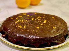 """Mielőtt először sütöttem volna meg ezt a csokicsodát, már alkalmam volt kétszer megkóstolni. Egyszerűen etette magát. Nem édes, nem száraz, hanem omlós, olvadós és létezhetetlen egy szelettel betelni vele. Azonnal rá is vetettem magam a drága kolléganőmre, aki ezt az édes """"bűnt"""" elkövette. A tortát… Banana Split, Oreo, Tart, Cheesecake, Food And Drink, Pudding, Sweets, Baking, Spirit"""