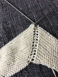 It is woven with three-ply cotton (you will use little more than 100 gr) and needles. Crochet Baby Pants, Knitted Baby Cardigan, Knitted Baby Clothes, Knit Crochet, Baby Knitting Patterns, Knitting Designs, Free Knitting, Knitted Blankets, Knitted Hats