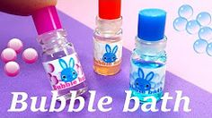 DIY Miniature Bubble Bath Bottles (with Liquid Inside) Miniature Fairy Gardens, Miniature Dolls, Miniature Tutorials, Diy Dollhouse, Dollhouse Miniatures, Barbie Bathroom, Bathroom Stuff, Soap Dispensers, Dream Doll