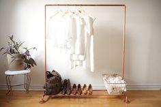 Kleiderstange statt Kleiderschrank -kupfer-wand-weiss-schuhe-ledertasche-korb-kleiderbuegel-klamotten-weiss