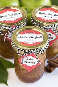 Spiced Apple Pie Jam - Gift & Favor Ideas from Evermine Jelly Recipes, Apple Recipes, Jalapeno Recipes, Canning Jars, Canning Recipes, Apple Pie Jam, Canning Food Preservation, Homemade Apple Pies, Jam And Jelly