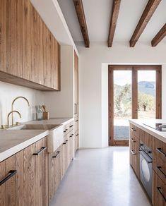 Designed by MONTIS SASTRE arquitectura + Jorge Bibiloni Studio. Located in Mallorca, Spain. Photo by Tomeu Canyellas. Loft Interior, Chalet Interior, Kitchen Interior, Kitchen Decor, Interior Design, Design Interiors, Design Kitchen, Kitchen Ideas, Design Case