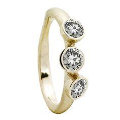 Von Lotzbeck ring: Muffin ring w. 3 diamonds. Se og køb den her! ($2,040) ❤ liked on Polyvore