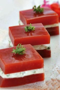 INGREDIENTS: Four or five ripe tomatoes Salt Pepper A splash of olive oil A neutral gelatin envelope (Royal) Fresh goat cheese Aperitivos Finger Food, Brunch, Tasty, Yummy Food, Cooking Recipes, Healthy Recipes, Snacks, Appetisers, Creative Food