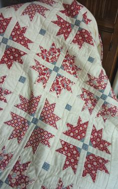 Cross & Crown Quilt in Tilda Candy Bloom fabric @ UK City Crafter - FREE pattern here: www. Diy Quilt, Quilt Top, Two Color Quilts, Red And White Quilts, Patriotic Quilts, Patriotic Crafts, Quilt Of Valor, Traditional Quilts, Antique Quilts