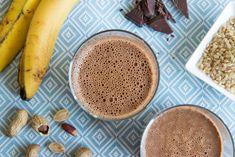Deze shake wordt gemaakt met banaan en cacao. Een energie gevende drank voor na het sporten, waarbij de amandelmelk en pindakaas zorgen voor extra eiwitten. Milkshake, Healthy Recipes, Healthy Food, Smoothies, Tableware, Cacao, Healthy Foods, Smoothie, Dinnerware