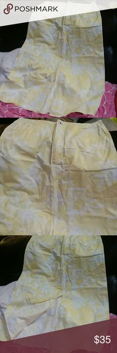 SZ 12 LIZ CLAIBORNE YELLOW/WHITE MAXI SKIRT W/SLIT Zip and button front with pockets and front slit maxi skirt.  100% algodon cotton. Thanks for visiting my closet! Come again soon! Make me an offer! I love offers! I need offers please! Liz Claiborne Skirts Maxi