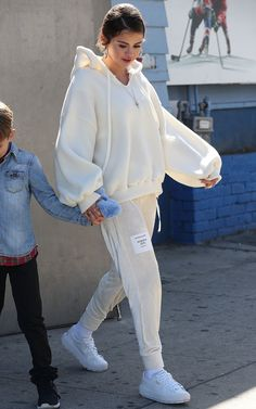 Stars Making Tracksuits Stylish Again — PICS Look moletom, conjuntinho, Selena Gomez, looks of the f Sporty Outfits, Mode Outfits, Cute Casual Outfits, Fashion Outfits, Modesty Fashion, Fall Outfits, Fashion Trends, Selena Gomez Outfits, Selena Gomez Style