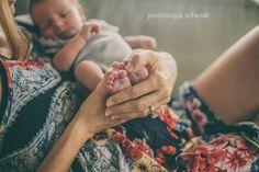 Mamãe, a hereditariedade é um fator importante para o desenvolvimento de uma unha encravada no seu bebê. A prevenção pode evitar situações doloridas na criança.