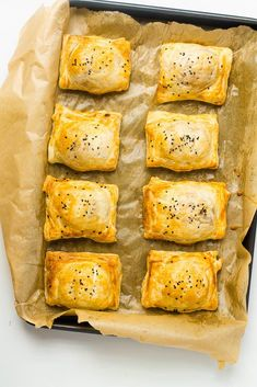 Great for picnics, parties and lunchboxes! These cheddar cheese and caramelized onion puff pastry rolls are simple and d Vegetarian Pastries, Vegetarian Recipes, Cooking Recipes, Vegetarian Appetizers, Vegetarian Sandwiches, Going Vegetarian, Vegetarian Breakfast, Vegetarian Dinners, Savory Snacks