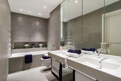 carrelage mural gris taupe, tablier de baignoire encastrable assorti et lavabo design blanc neige