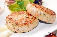Para los amantes de la comida de mar, esta hamburguesa de merluza y gambas con mayonesa de wasabi será un deleite.