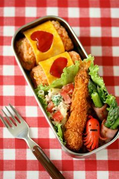 Bento box featuring ketchup rice onigiri (decorated with egg & ketchup hearts), octopus wiener, tempura shrimp, ham & asparagus rolls, and macaroni salad. Bento Recipes, Baby Food Recipes, Cute Food, Yummy Food, Aesthetic Food, International Recipes, Ketchup, Asian Recipes, Kids Meals