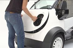 Japanese car giant Honda has teamed up with local 3D printing specialist Kabuku to 3D print a miniscule, one-seater delivery car for the Toshimaya confectionery delivery service.