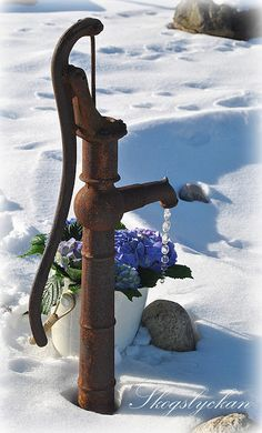 Old Water Pump in the Snow / Atelje Skogslyckan
