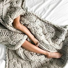 Sunday Vibes :: Chill :: Rest + Relax :: Sunrise Dreaming :: Peace + Tranquility :: Discover more Sunday Inspiration Big Knits, E Mc2, Stay In Bed, Warm Blankets, Knit Blankets, Lazy Days, Lazy Sunday, Sunday Morning, Sweater Weather