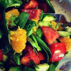 Salade d'épinards, tangerines et légumes aux choix + vinaigrette aux agrumes, miel et sésame. Sesame, Stuffed Peppers, Vegetables, Food, Honey, Citrus Vinaigrette, Recipe, Plate, Fine Dining