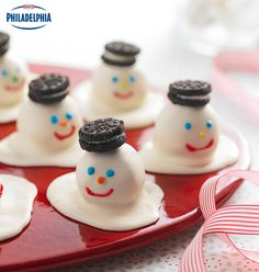 5 ingredients are all you need to make these delicious Melting Snowman Cookie Balls! Made with peanut butter oatmeal cookies, these will disappear fast from your holiday dessert table! #recipe