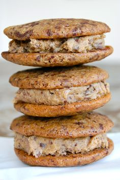 Cookie sandwiches with cookie dough filling. Sandwich Cookies, Cake Cookies, Pitaya, Copenhagen Cake, Chocolate Chip Muffins, Breakfast Cookies, Holiday Cakes, Easy Healthy Breakfast, Food Cakes