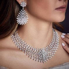 "Begani Jewels: ""A Neckline dressed in Diamonds brings out the confidence in a woman! Indian Jewelry Sets, Royal Jewelry, Antique Jewellery Designs, Jewelry Design, Bling Bling, Diamond Necklace Set, Diamond Jewellery, Celebrity Jewelry, Necklace Designs"