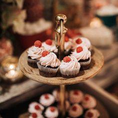 """Elige nuestro especial """"Boda Brunch"""": una boda que comienza en la hora del brunch acompañado con mimosas, corners dulces y salados y aperitivos acordes a la ocasión. Una opción súper original para parejas que buscan algo diferente. ¿Quieres una celebración chula? Contáctanos, te ayudamos en todo. 📱 636 17 69 37 ✉ info@parquedelrio.net #parquedelrio #wedding #bodas #celebraciones #events #eventos #weddingdresses #bride #planesdeboda #bodas2021 #malaga #torredelmar #events #eventplanner #cel Chula, Mimosas, Mini Cupcakes, Brunch, Table Decorations, Desserts, Food, Del Mar, Sweet And Saltines"""