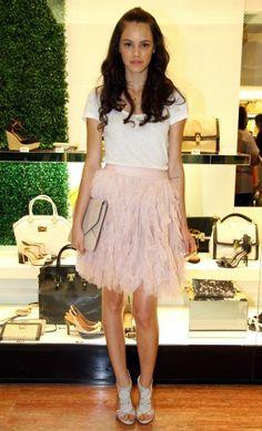 Laura Neiva, de camiseta H e saia Chanel. | Foto: Marta Santos