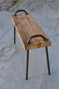 einfache hölzerne Sitzbank