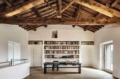 Gorgeous white bokoshelves in a modern but chic and rustic home with wooden beams. By vps architetti Architecture Renovation, Architecture Design, Ethno Design, Italian Farmhouse, Sweet Home, Interior And Exterior, Interior Design, Interior Decorating, Large Homes